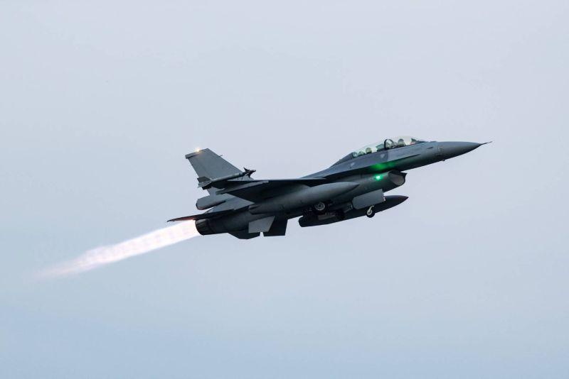 漢光預演F-16V戰機衝出跑道、機頭插土 空軍:飛機輕損
