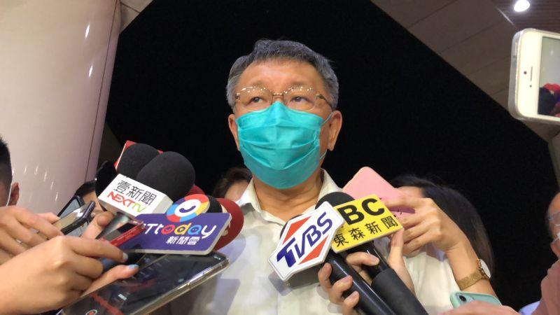 台北市長柯文哲22日晚間前往三軍總醫院探視安養中心火警傷者,並表示調查清楚後會向大家完整說明。