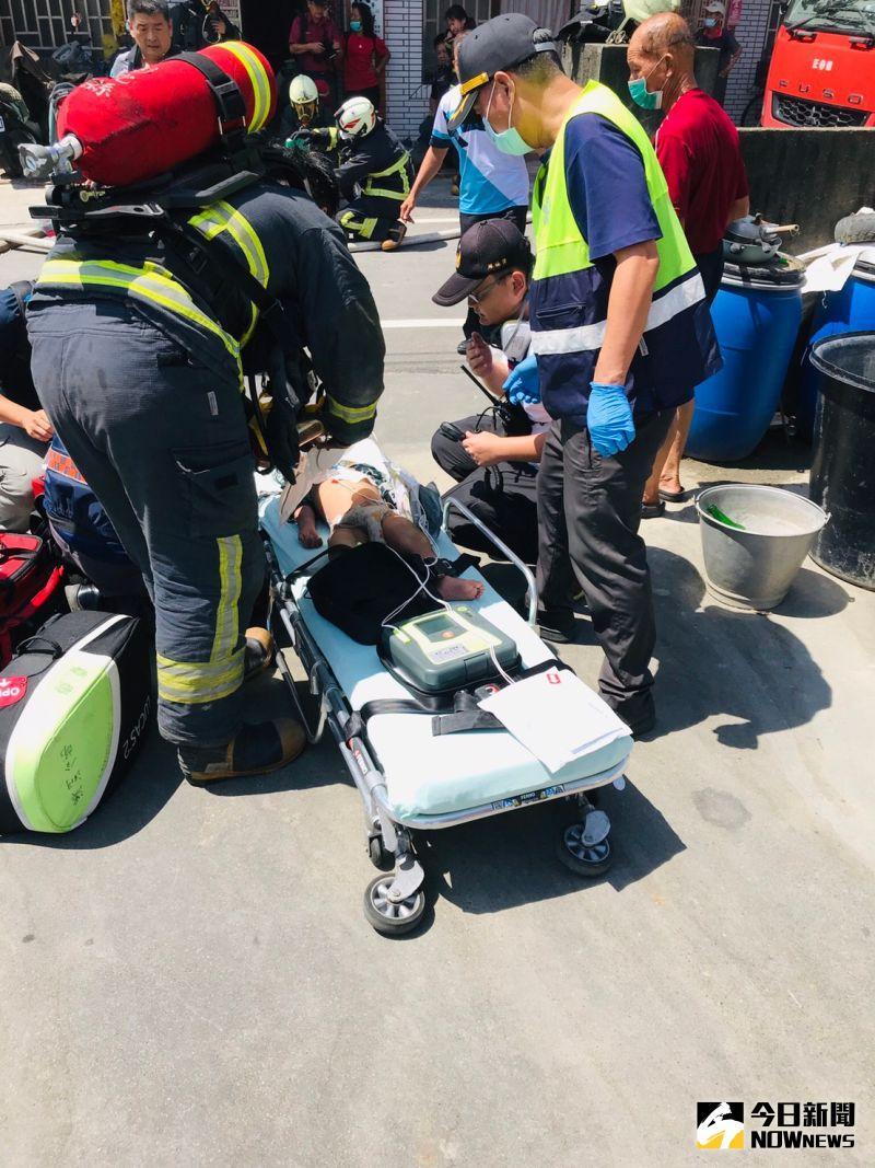 ▲消防人員將受困火場的女童救出送醫急救仍不治。(圖/記者陳雅芳攝,2020.09.22)