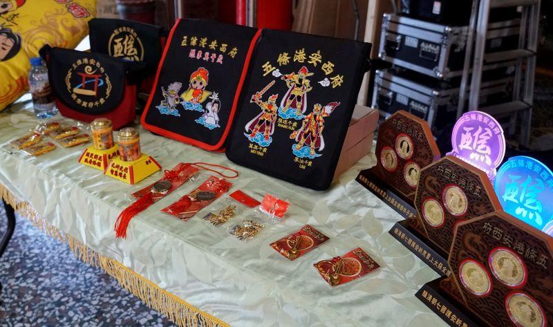 ▲限量2000套由五枚象徵時來運轉、鎮宅求財的張李莫千歲限量紀念龍鱗套幣與民眾結緣。(圖/記者蘇榮泉攝,2020.09.22)