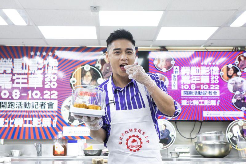▲▼鄭人碩親自手做月餅給大家吃。(圖/北市勞動局)
