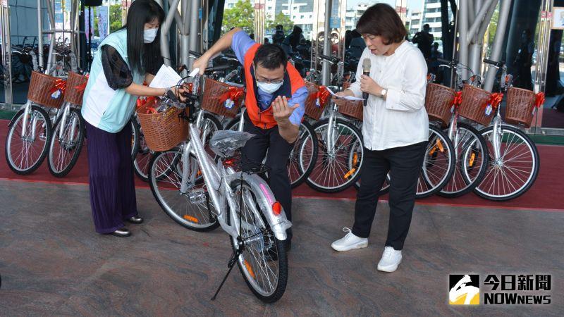 ▲市府民政處介紹腳踏車的功能。(圖/記者郭政隆攝影2020.9.23)
