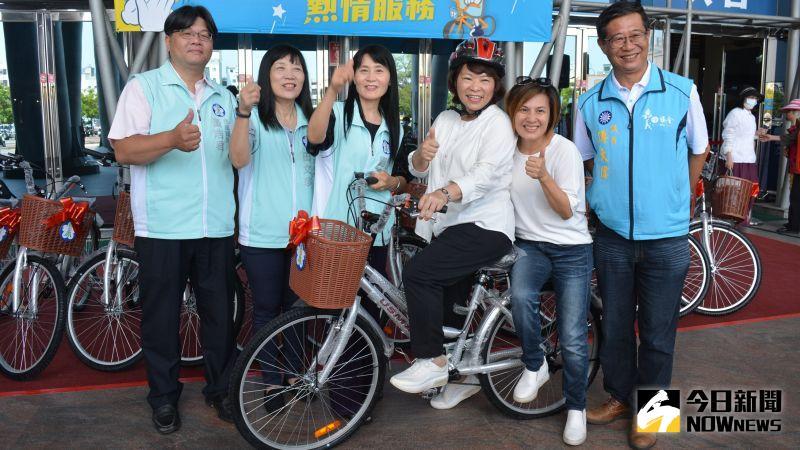 ▲黃敏惠市長示範騎乘變速腳踏車後留影。(圖/記者郭政隆攝影2020.9.23)
