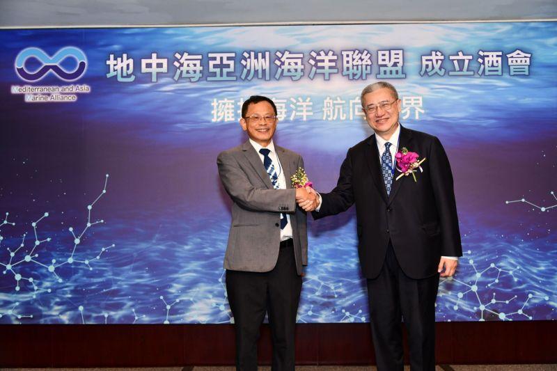 ▲海洋聯盟張清風理事長(左)和發起人黃齊元(右)握手合影。(圖/地中海亞洲海洋聯盟)
