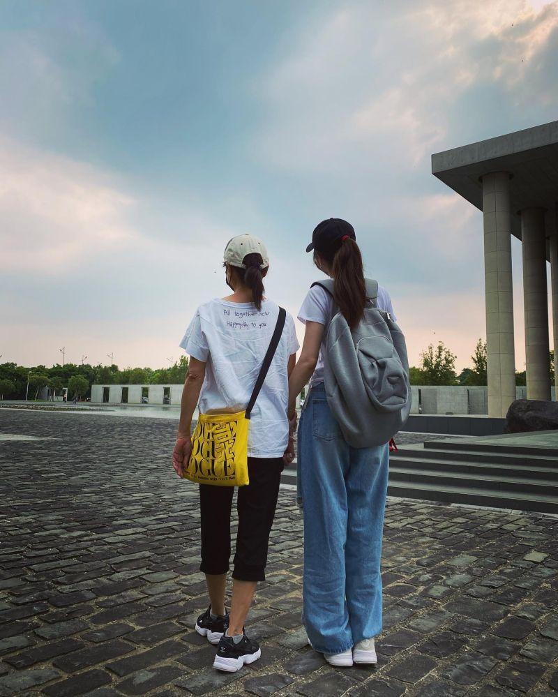 ▲謝金燕(右)和媽媽林見如天倫照。(圖/謝金燕臉書)