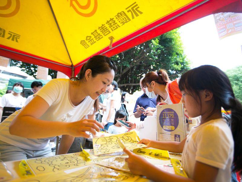▲現場準備了許多小朋友喜愛的沙畫圖樣,也是最受歡迎的活動。(圖/品牌提供)