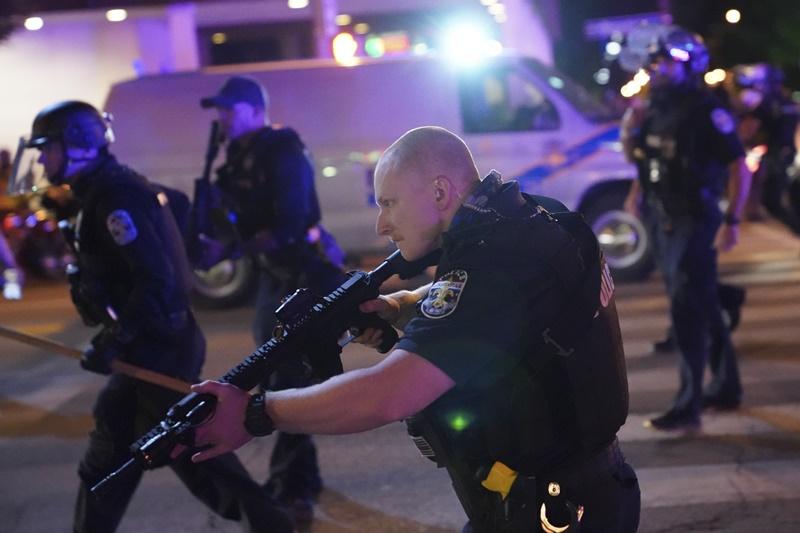 ▲非裔女性泰勒之死,員警輕判一事,在肯塔基州掀起示威抗議潮,甚至傳出有員警中槍。圖為現場鎮暴員警。(圖/美聯社/達志影像)