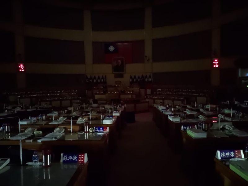新科議員摸黑進議會 排隊登記就為「質詢侯友宜」