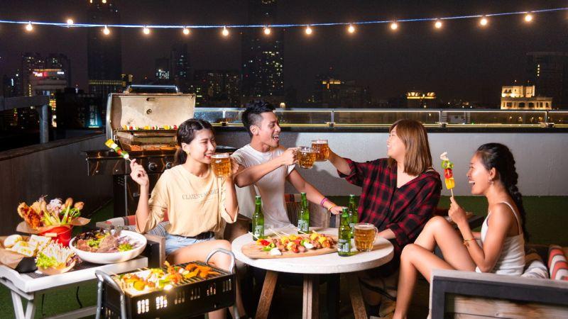 ▲ 「超Chill高空烤肉趴」民衆可以欣賞270度港都夜景邊享美食。(圖/英迪格酒店提供)