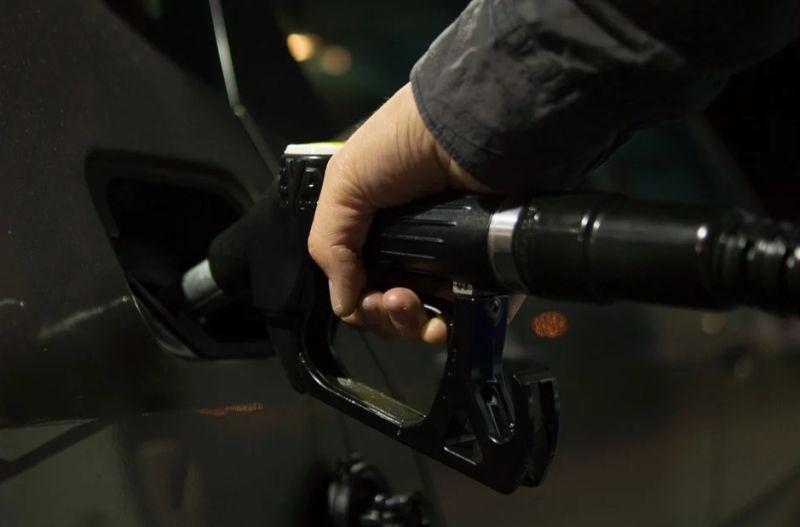 究竟開車加油要不要下車?網曝「背後危險性」:盡量不要