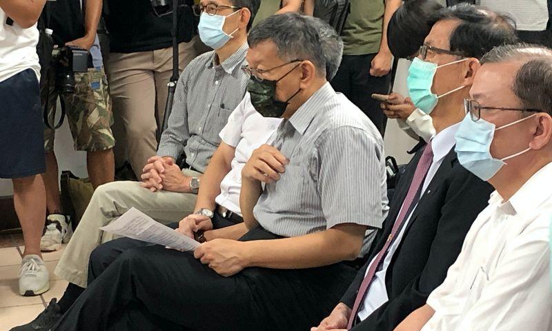 身兼台灣民眾黨主席的台北市長柯文哲,對於民眾黨在立法院委員會召委選舉時,選擇與國民黨合作,柯文哲強調,與各個黨派間不是不能合作,而是要看議題。