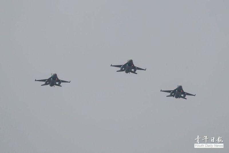 ▲24日清晨國慶戰機衝場預演,F-16V戰機飛越台北上空。(圖/青年日報提供)