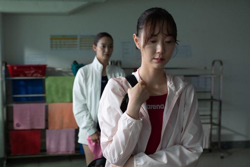 ▲▼李裕英(上)片中為了詮釋跳水選手,練習時不小心出意外。(圖/采昌)