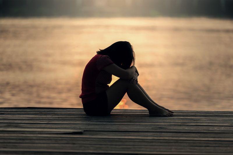 ▲女生一知道此事,哭著問原PO該怎麼辦。(示意圖,圖中人物與文章中內容無關/取自