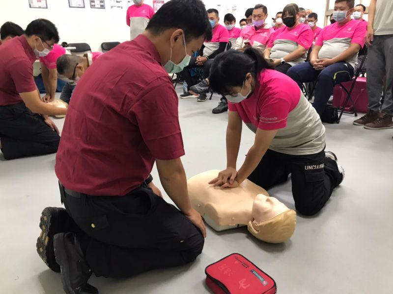 ▲台北市消防局教官指導foodpanda外送夥伴進行CPR+AED操作練習。(圖/記者賴志昶攝)