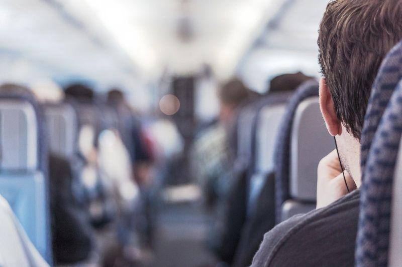 飛機起降時為何要拿下耳機?內行揭「2原因」:攸關性命