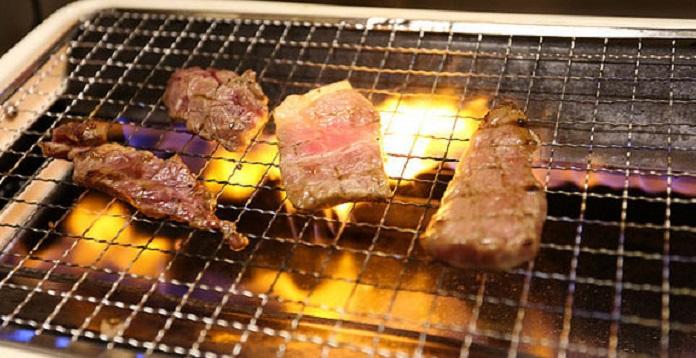 ▲中秋烤肉後,沾滿油垢的烤網清潔起來相當費力。(圖/NOWnews資料照片)