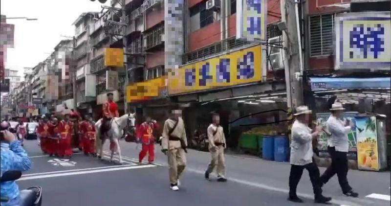 ▲在浩蕩的隊伍中,也可以看到幾名壯漢扛著新娘乘坐的大紅花轎。(圖/翻攝自《爆廢公社二館》