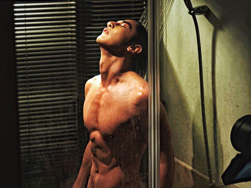 ▲汪東城在劇中淋浴展結實胸肌。(圖