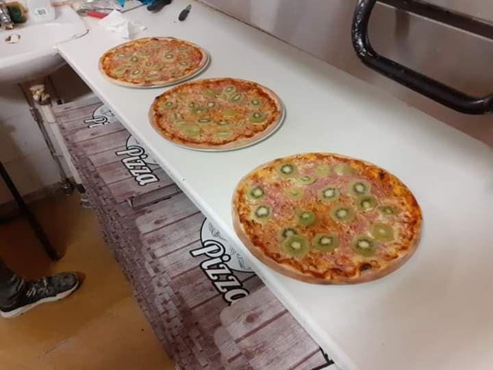 ▲外國一位人夫發明了「奇異果披薩」,引來惡評如潮,連老婆都跟他離婚。(圖/翻攝自Stellan