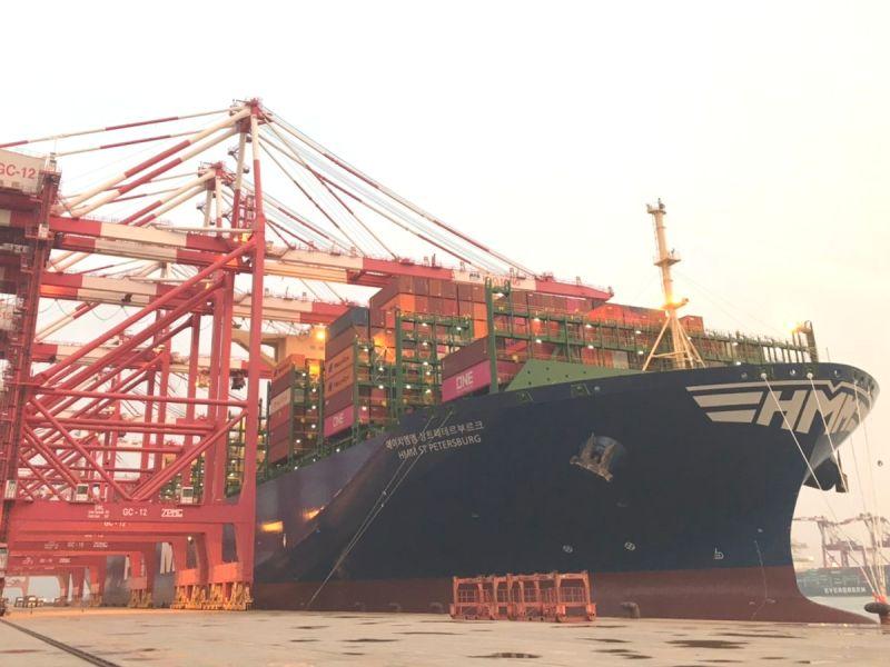 ▲巴拿馬籍韓遠聖彼得堡號貨櫃輪首航高雄港。(圖/記者黃守作攝,2020.09.25)