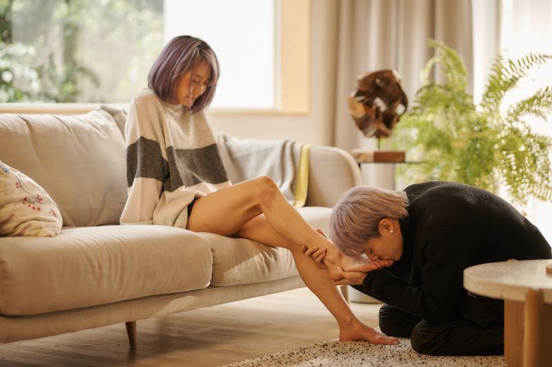 ▲林哲熹雙膝跪地深情親吻謝欣穎的腳。(圖