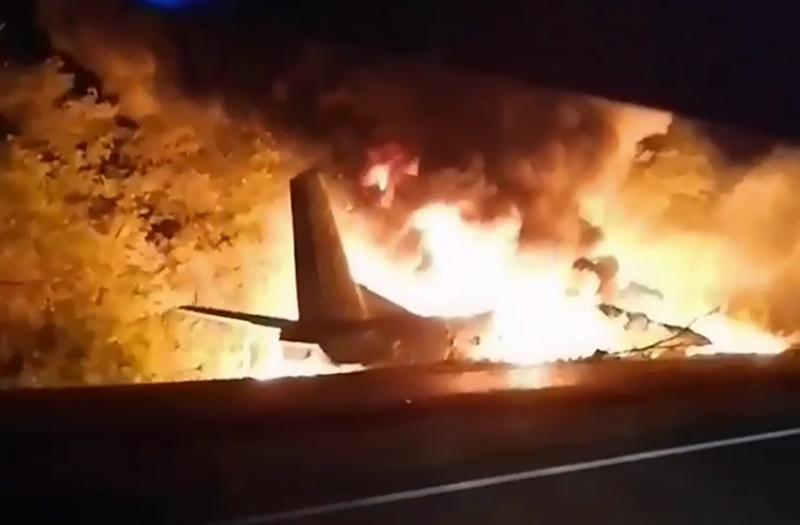 ▲烏克蘭 1 架載著空軍官校生的軍機,當地時間 25 日晚間驚傳墜毀並起火。(圖/美聯社/達志影像)
