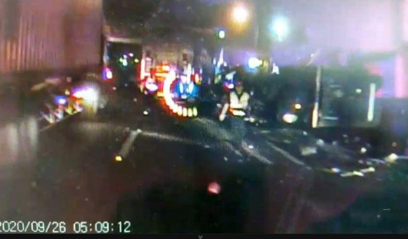 遭追撞而翻覆的貨櫃車,駕駛被救出前已經死亡。(圖/記者陳惲朋翻攝)