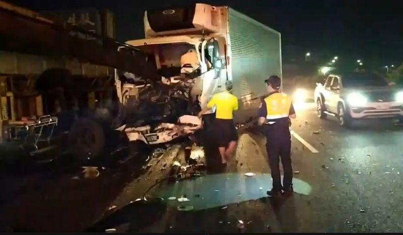 ▲失控追撞的大貨車駕駛座幾乎全毀,駕駛則受重傷。(圖/記者陳惲朋翻攝)