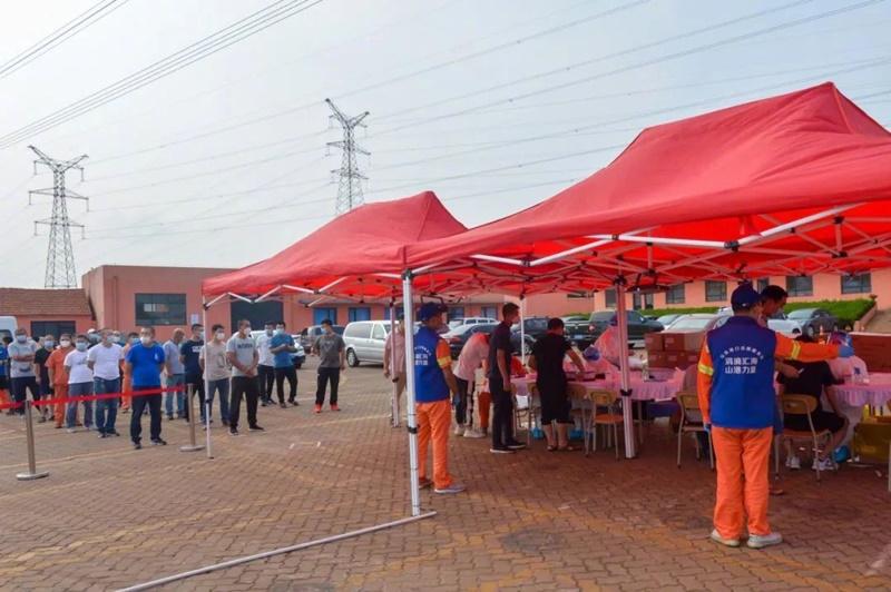 ▲上萬名青島碼頭的職員、工人排隊接受新冠病毒核酸檢測。(圖/翻攝自澎湃新聞)