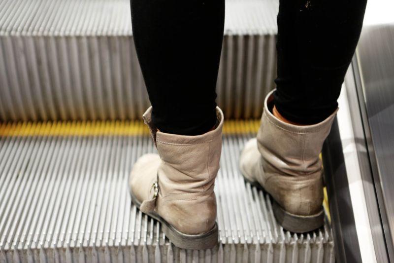 ▲「手扶梯刷毛」的主要功能為「防止乘客太靠近手扶梯側邊的縫隙」。(示意圖/翻攝自Pixabay)