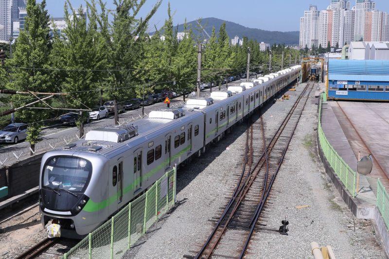 EMU900試行首日就出包 台鐵:損及設備將求償