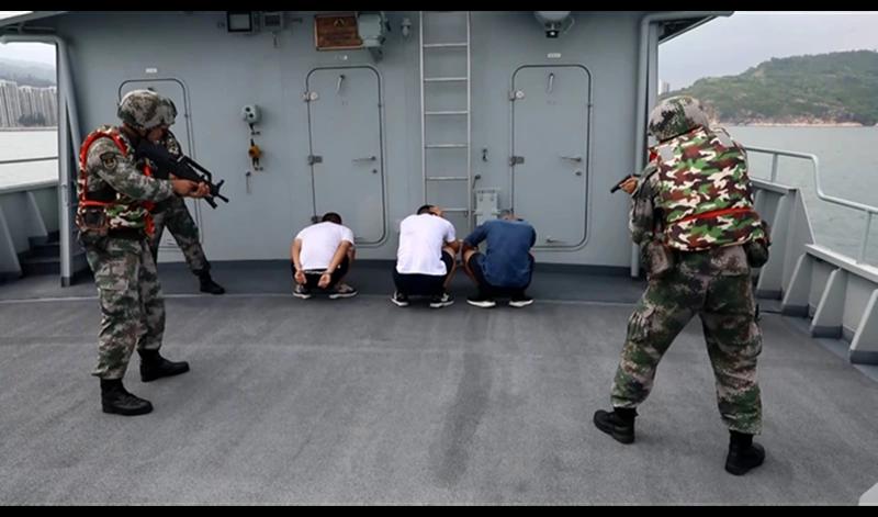 ▲中國解放軍駐香港部隊 25 日進行聯合演習,包含「追查外逃可疑船隻」,讓外界聯想到近期 12 名出逃港人仍被拘押於深圳鹽田看守所一事。(圖/截取自影片)
