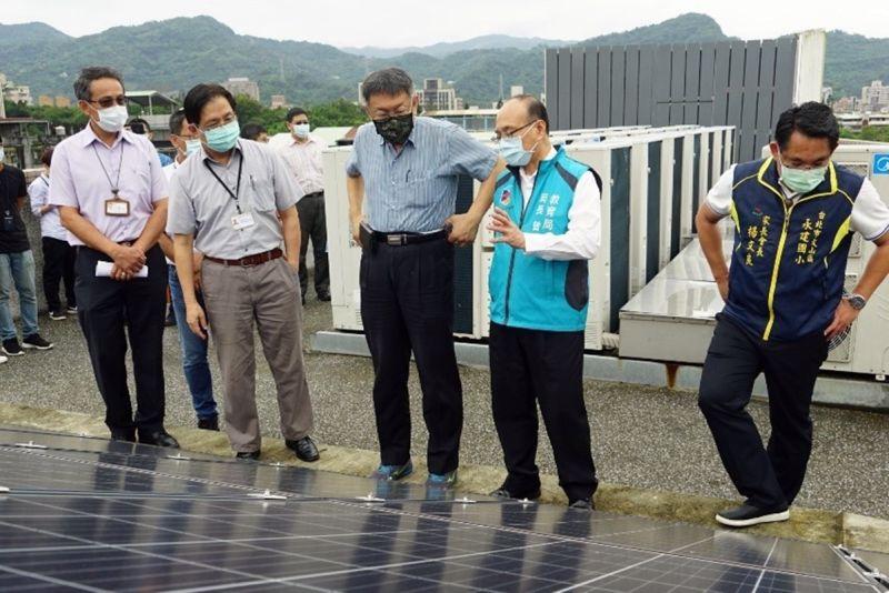 ▲台北市長柯文哲26日視察永建國小屋頂太陽能板,指出裝冷氣不是解決問題的最好方法,這是最後的手段。(圖/台北市政府提供)
