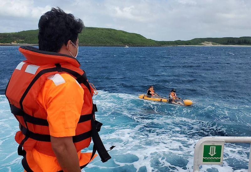 風起!兩女性遊客划<b>獨木舟</b>漂流被海巡警艇救回