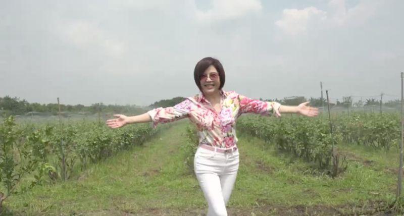 ▲于美人身穿花襯衫,特地南下屏東為在地農產站台。(圖/截圖自于美人粉絲團直播)