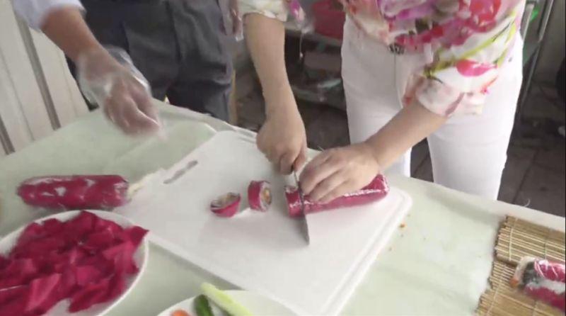▲現場親手示範「玫瑰花壽司卷」。(圖/截圖自于美人粉絲團直播)