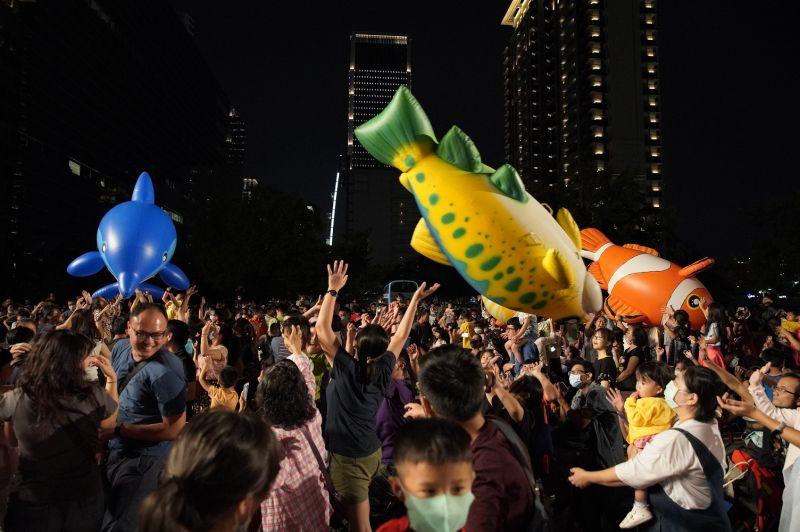 紙風車助陣觀光 民眾齊聚台中同樂