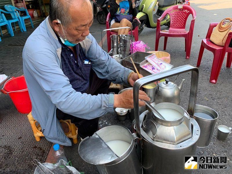 ▲老闆以鋼杯分別倒入冷、熱混合調製而成,不需吹涼就可以馬上入口的美味杏仁茶。(圖/記者陳惲朋攝)