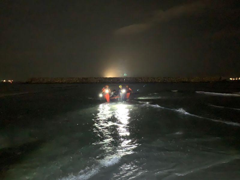 高雄也有摩西分海 兩遊客因漲潮受困 海巡消防急救援