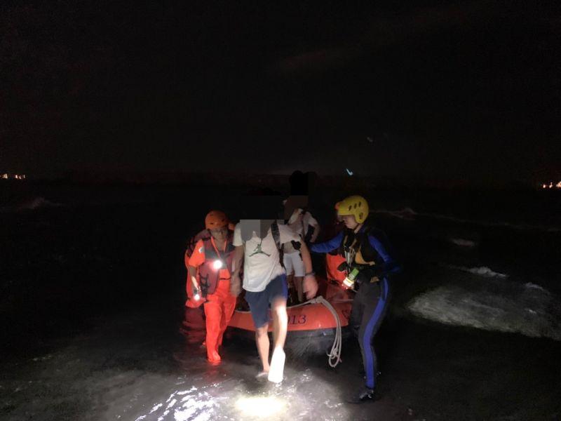 ▲2名受困遊客觀賞旗津摩西分海因沒有注意潮汐時間,要返回時發現淺灘已被淹沒,在海巡與警消的救援下平安上岸。(圖/海巡署南部分署第五岸巡隊提供)