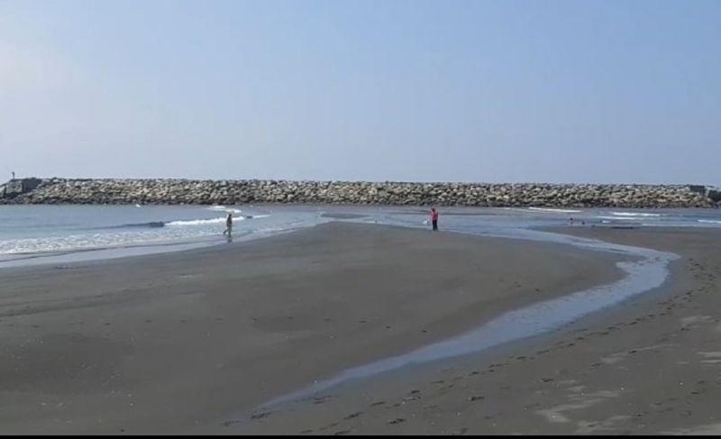 ▲旗津海水浴場近年養灘有成,設置的離岸堤在退潮時,會出現「摩西分海」般奇景,民眾可步行前往。(圖/海巡署南部分署第五岸巡隊提供)