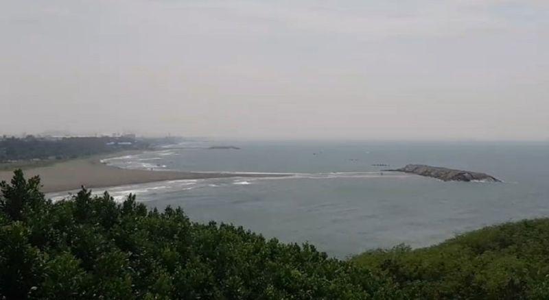 ▲旗津海水浴場離岸堤在退潮時,會出現「摩西分海」般奇景。(圖/海巡署南部分署第五岸巡隊提供)