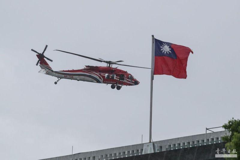 ▲雙十國慶將至,內政部空勤總隊UH-60M黑鷹直升機27日上午在總統府前廣場彩排試航。(圖/青年日報提供)