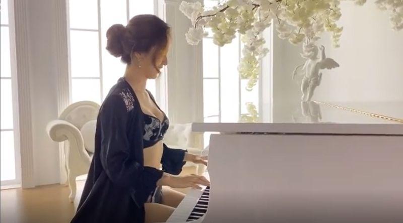 ▲周曉涵彈奏自己的主打曲《夢中的婚禮》。(圖/周曉涵IG)