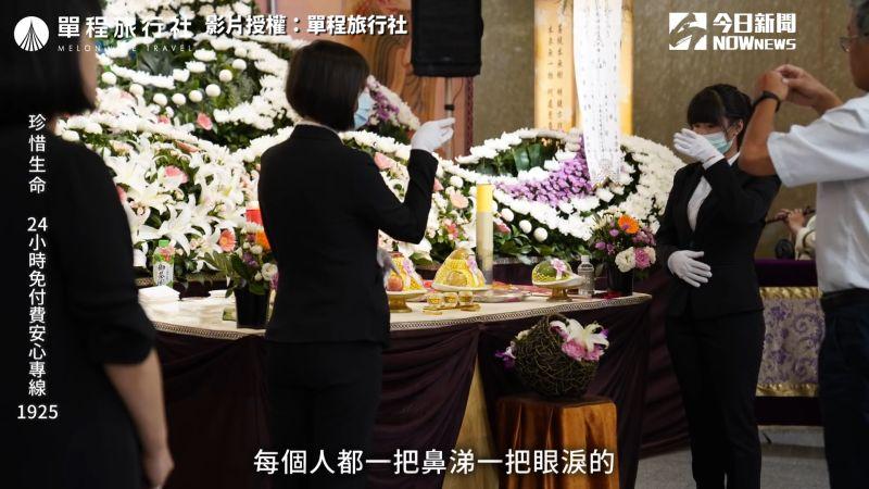 ▲小冬瓜年紀輕輕就與爸爸在殯葬業服務,在他十四歲時就到命案現場協助幫忙。(圖/單程旅行社