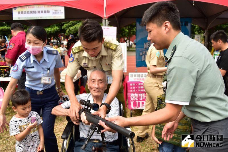 ▲85歲獨居的邱阿公體驗國軍用槍。(圖/記者陳雅芳攝,2020.09.27)