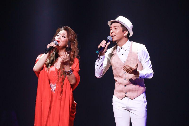 ▲許景淳(左)的兒子林子軒在表演時意外跌落舞台。(圖/開麗娛樂提供)