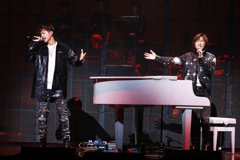 ▲林隆璇(右)父子一起在民歌45上表演。(圖/開麗娛樂提供)