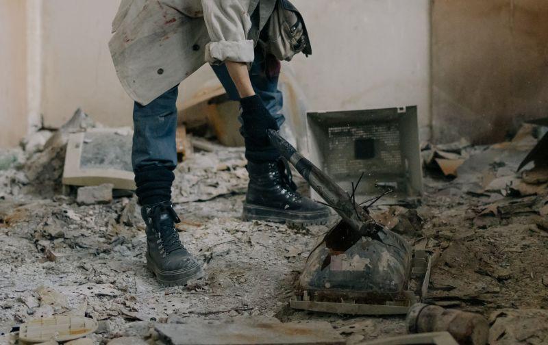 ▲有一名男網友買了間中古屋,但是交屋後才發現裡面還有不少垃圾與廢棄物,詢問房仲對方卻以「現況交屋」為藉口不處理。(示意圖/翻攝Pexels)